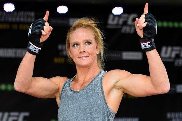 ABD'li Holly Holm da boks ve karışık dövüş sanatlarında dünya şampiyonluğu kazanan tek sporcu unvanıyla adını rekorlar listesine yazdırdı.