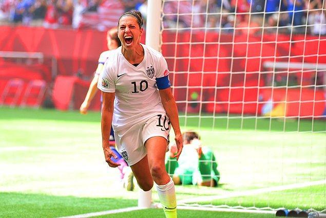 Kadın futbolcu Carli Llyod ise yaptığı hat-trick ile FIFA Dünya Kupası finalinde en çok gol atan oyuncu unvanını aldı.