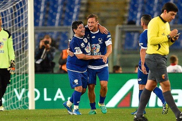 Ve Maradona Totti'nin golünü kutluyor