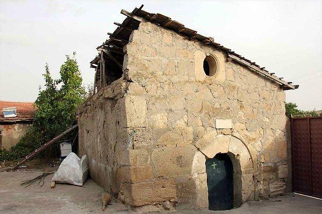 """""""Arjantin ve ABD başta olmak üzere dünyanın çeşitli ülkelerinden belli dönemlerde gelen Ermeniler kiliseye gelip ibadetlerini yapıyorlar"""""""