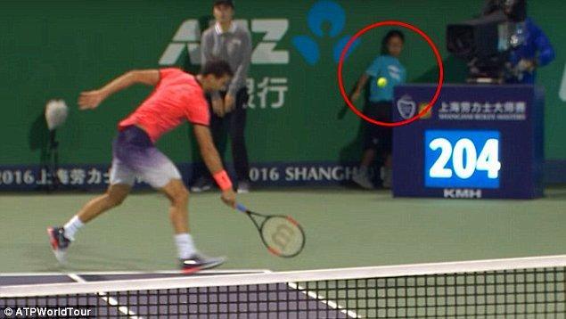 Pospisil'in kullandığı servisi Dimitrov karşılayamayınca top sekerek arkada duran top toplayıcı çocuğa isabet etti.
