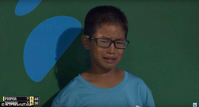 Saatte 204 kilometre hıza sahip olan topun karnına çarpması üzerine genç çocuk gözyaşlarını tutamadı.