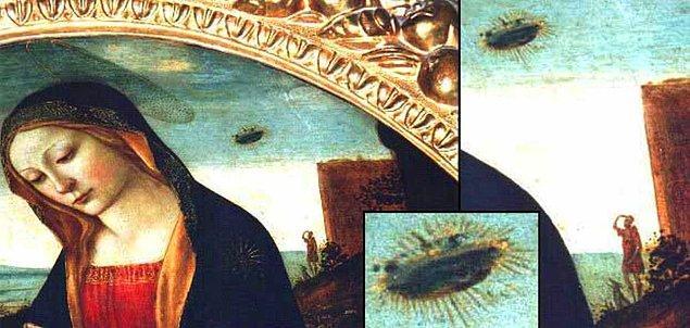 Resme daha yakından baktığımızda UFO benzeri bir cisim görülüyor ve bir adam da gökyüzüne o cisme doğru bakıyor!