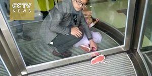 Ayağını Döner Kapıya Sıkıştıran 4 Yaşındaki Talihsiz Ufaklık