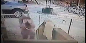 Ayağıyla Kar Attığı Kedi Tarafından Dumura Uğratılan Kadın