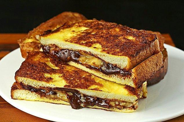 12. Tatlı niyetine şöyle güzel bir çikolatalı tostla kapanış yapalım.