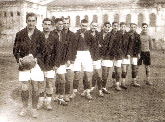 Galatasaray macerasına 14 yaşındayken, 1916'da başladı ve futbol haricinde yüksek atlama, yelken, üç adım atlama, yüzme ve binicilik alanlarında da kulübüne hizmet etti.