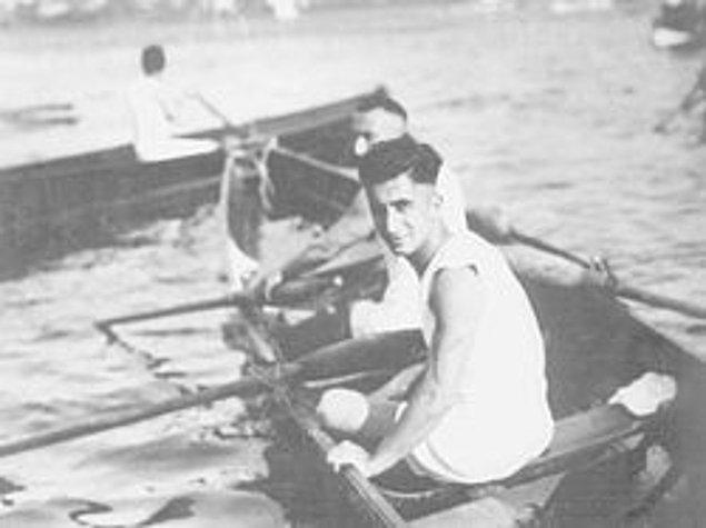 """Aktif spor hayatına 1936 yılında son verse de spor yapmaktan vazgeçmedi. """"Aslan"""" ismini verdiği teknesiyle yarışlara katıldı."""