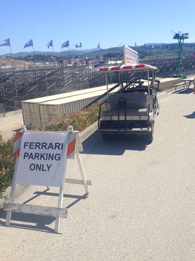 8. Sadece Ferrari'lerin park edebildiği alana golf arabası park eden koca yürekli golfçü