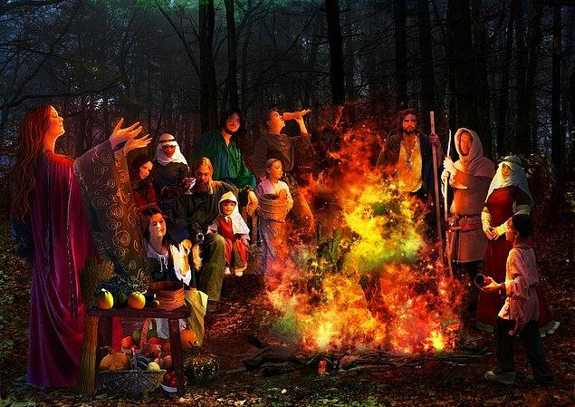 Yine de Halloween'in ana çıkış noktaları belli. Bunlardan ilkini ve en önemlisini yaklaşık 2000 yıl önce bugünkü İrlanda, İskoçya ve Kuzey Fransa bölgelerinde yaşayan Keltlerin Samhain kutlamaları oluşturuyor.