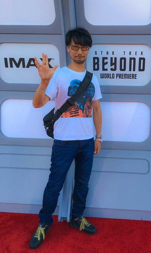 16. Star Trek filminin dünya prömiyerine Star Wars tişörtüyle gitme adamlığı desem kaç like gelir??