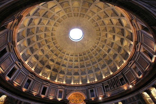 """Tarihte ilerlemeye devam ediyoruz. 13 Mayıs 609 tarihinde Papa Boniface, Roma'daki Pantheon'u tüm Hıristiyan şehitlere adadı ve böylelikle """"Tüm Şehitler Günü"""" kutlanmaya başlandı."""