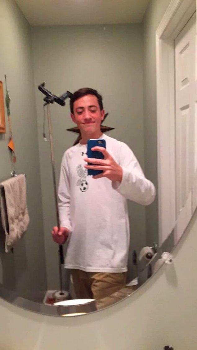 18. Selfie çubuğuyla selfie çektim diye yemin etse başı ağrımaz