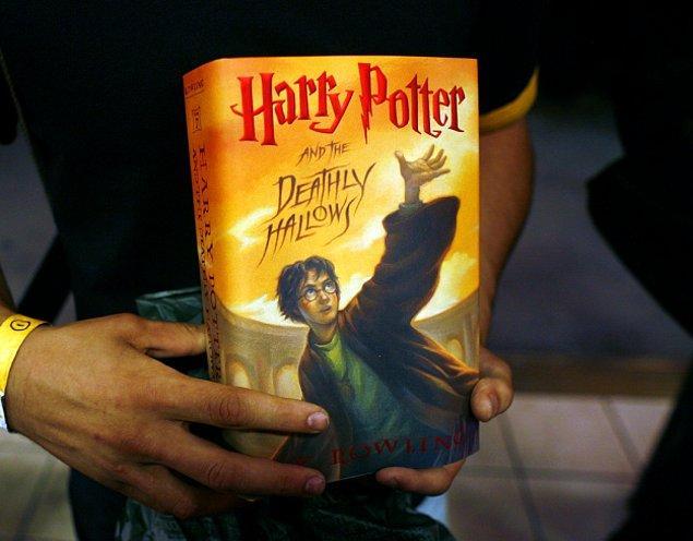 """4. Harry Potter serisinin son kitabı """"Harry Potter ve Ölüm Yadigarları"""" yayımlandı."""