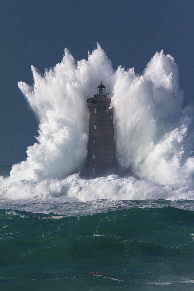 9. Deniz fenerinin dalgalarca yutulması.