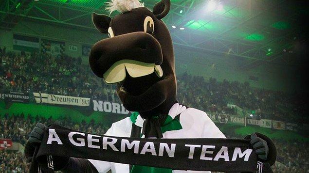 Takımın maskotu Jünter, maçtan önce bu atkıyla statta gösteri yaptı.