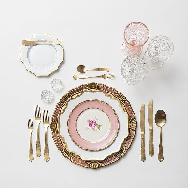 6. Yemek menüsünde yer alan yiyeceklere uygun tabak seçimi yapın.