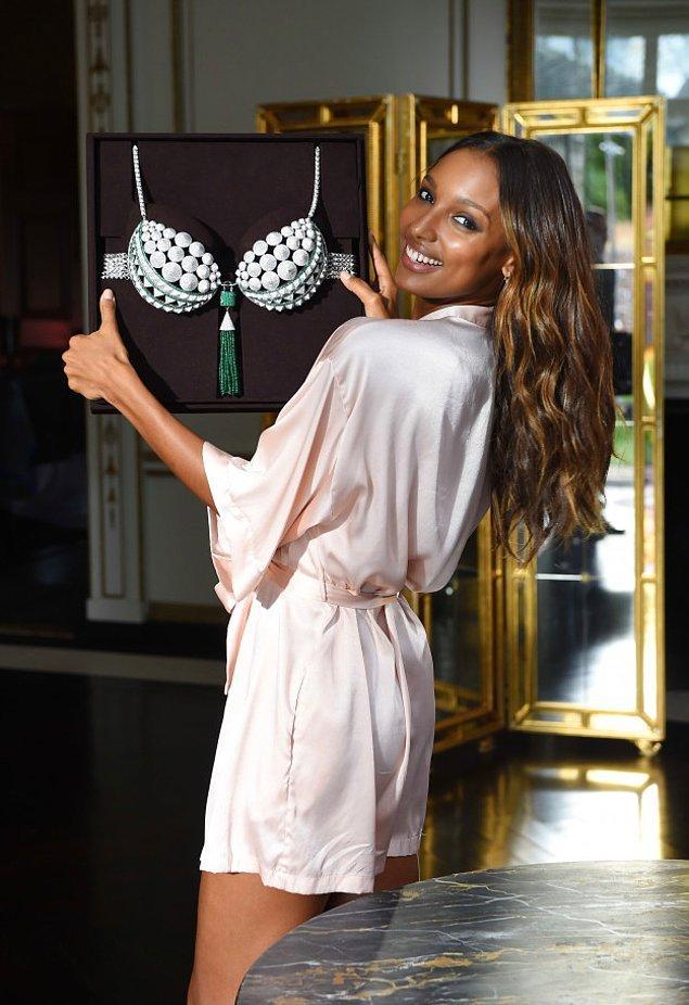 """Victoria's Secret'ın bu yılki şovunda giyeceği 3 milyon dolarlık ya da 10 milyon liralık """"Fantasy Bra"""" elmas ve zümrütlerle kaplı ve muhtemelen çok ağır."""