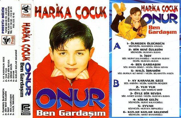 90'ların sonu, 2000'lerin başında yeniden trend olan küçük şarkıcı akımının önemli temsilcilerinden biriydi Küçük Onur.