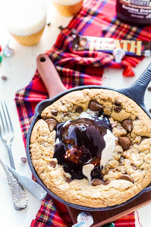 12. Fırından çıkmış kocaman bir kurabiye ve üstünde çikolata sosu ve dondurma 😍