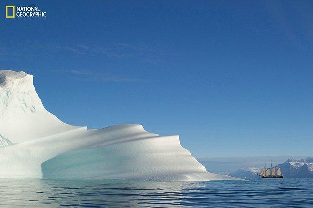 8. Yanındaki yelkenliyi minicik gösteren dev buzullar, Grönland.