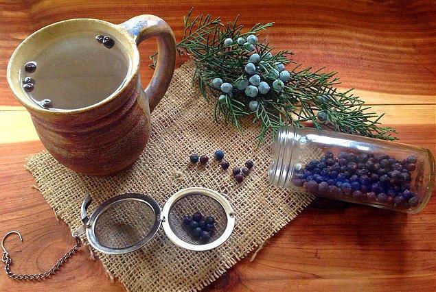 3. Eğer enerjiniz düşüyor gibi hissediyorsanız, ardıçlı çay yardımınıza yetişiyor!
