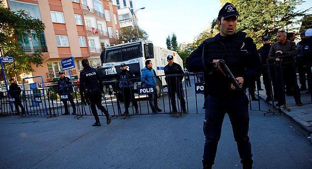 Polis, HDP Genel Merkezi önünde geniş güvenlik önlemi aldı. Valilik merkeze giriş çıkışları kapattı.