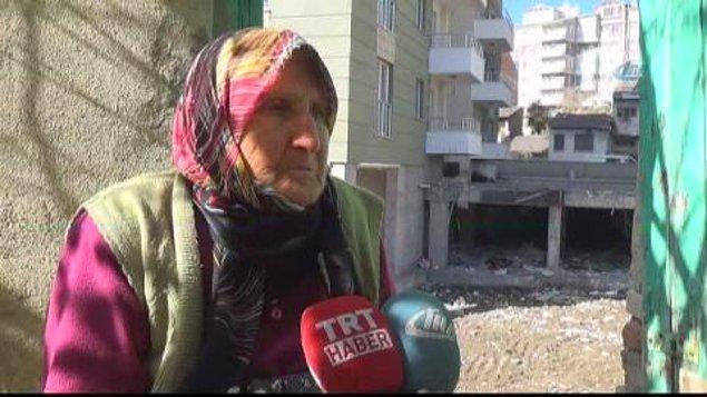 Önce yaşlı kadının elektrik ve suyunu kestiler. Bu yüzden de insani ihtiyaçlarını karşılamak için kardeşinin evine gidiyordu. Bir gün döndüğünde evinin önündeki çukuru gördü.
