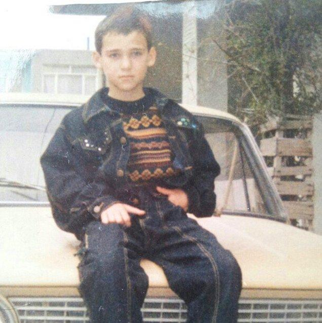1. 25 Ağustos 1981 yılında İstanbul'da dünyaya geldi.