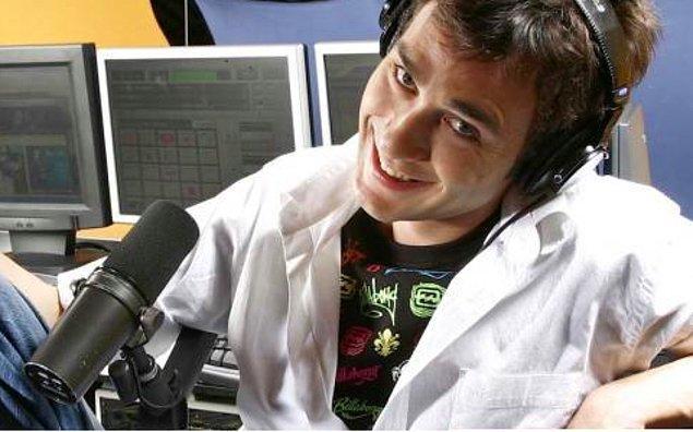 6. Üniversite yıllarında 4 yıl boyunca Kocaeli'nde yabancı müzik yayını yapan bir radyoda program yaptı.