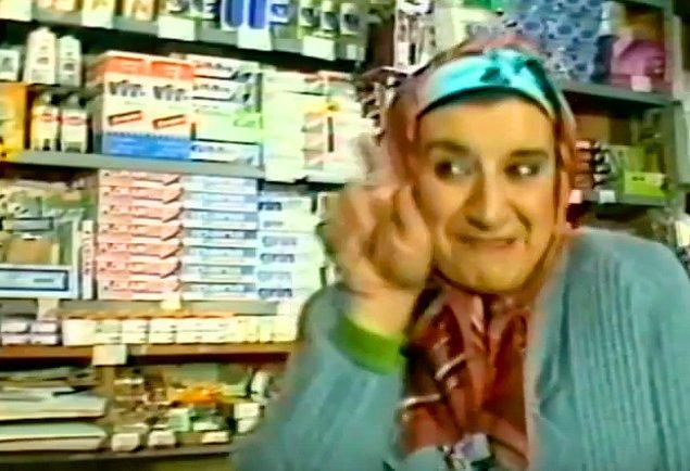 Ali'nin ev yardımcısı Hatçe Hanım rolünde Perran Kutman var.