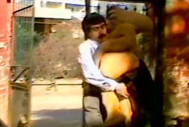 Ali'nin gazeteci meslektaşı Homoti'yi kaçırır.