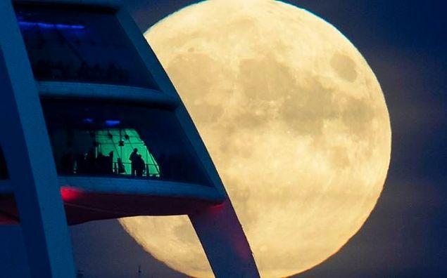 """Ay elips şeklinde bir yörünge üzerinde hareket ettiğinden dolayı, Dünya ile senede bir kez """"en yakın noktaya"""" ulaşıyor."""