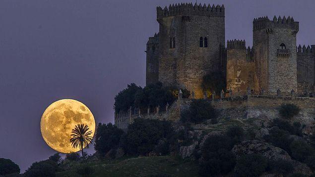 Dün gece Türkiye saatiyle 2.30'da (GMT 11.30) Ay Dünya'ya en yakın noktada oldu, 356.500 km kadar.