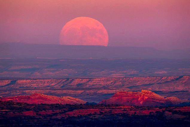 Atmosferdeki kırınım etkisinden dolayı Ay'ın en büyük göründüğü an doğarkenki hali oldu.