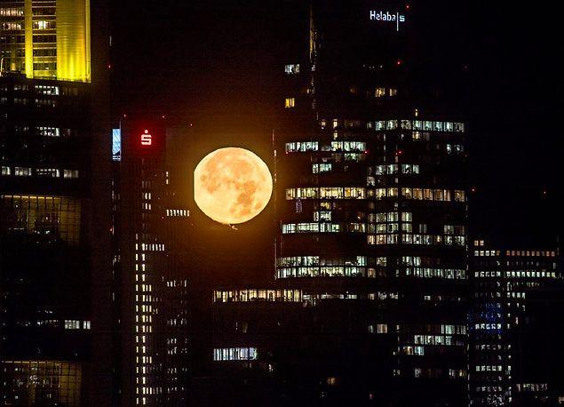 Ay Bu Yüzyıldaki En Süper Halini Aldı: Fotoğrafçıların Kadrajına Giren 26 'Süper Ay' Manzarası