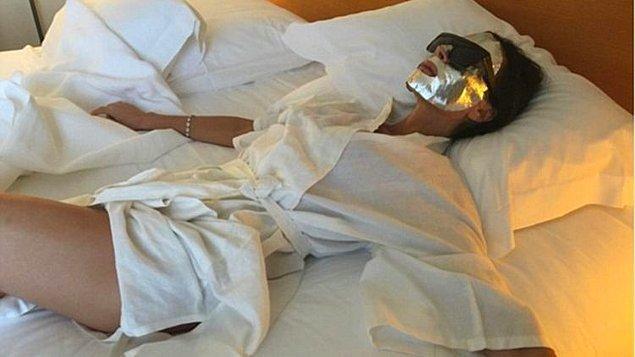 4. Victoria Beckham bu fotoğrafında moda işini abartıp suratına alüminyum folyo geçirmiş değil: bu da gençleştirici etkisi olan bir bakım maskesi.