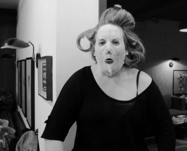 5. Bir rivayete göre Adele bir gün sevgilisinin karşısına bakım maskesiyle çıktı ve terk edildi... İşte o günden beri ayrılık şarkıları yazıyor.