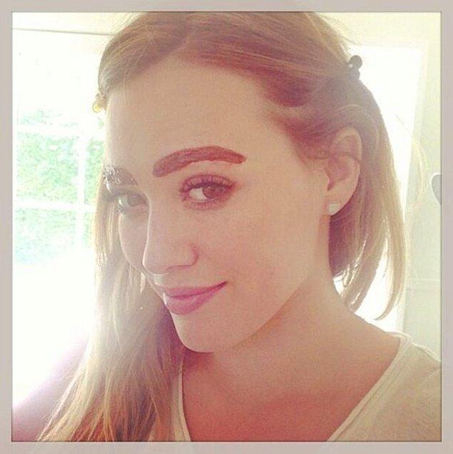 9. Hillaru Duff kaşlarını boyatırken oldukça yakışıklı görünüyor doğrusu!