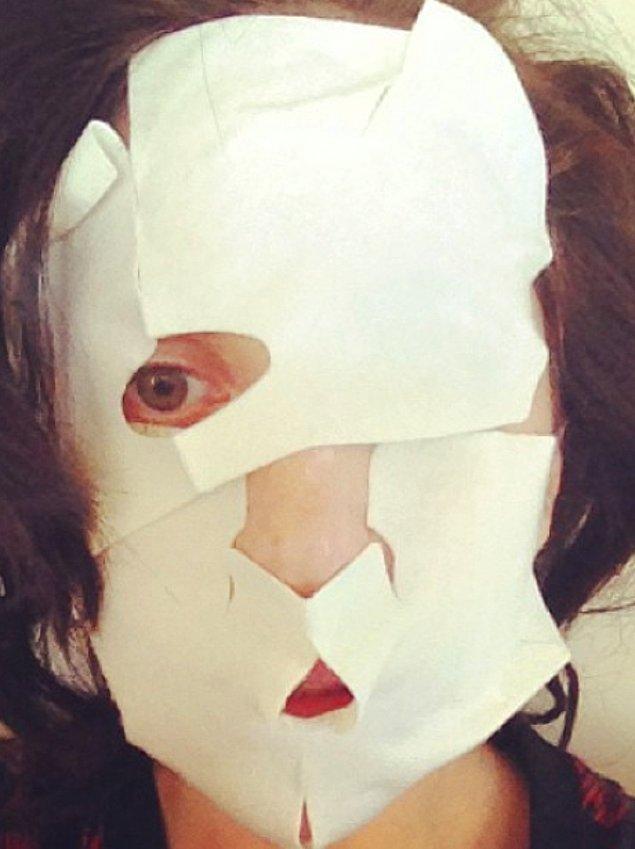 Lady Gaga bu sefer de suratını nemlendirirken... Gerçekten de Amerikan Korku Hikayesi dizisine layık bir hanım kendisi!