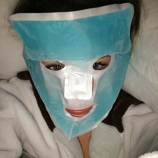 14. Miley Cyrus ise yüzü üçüncü dereceden yanık olmuş gibi gözükse de, aslında sadece temizlettiği gözenekleri sıkılaştırıyor.