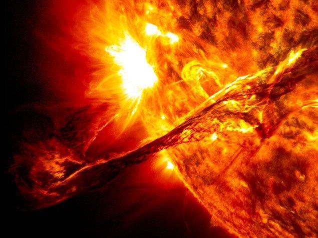 Güneş'ten yayılan enerji yüklü parçacıklar böylece ilk olarak Manyetosfer'e çarpmakta, direkt olarak dünyaya etki edememektedir.