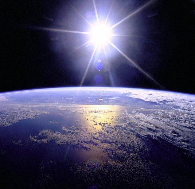 Bu sefer aynı işlemi helyuma uygulamaya başlayacak ve bu işlem daha yüksek bir enerjiye sahip olacağı için kendi dış katmanlarını dışarı iterek Dünya'yı kendisine doğru çekmeye başlayacak.