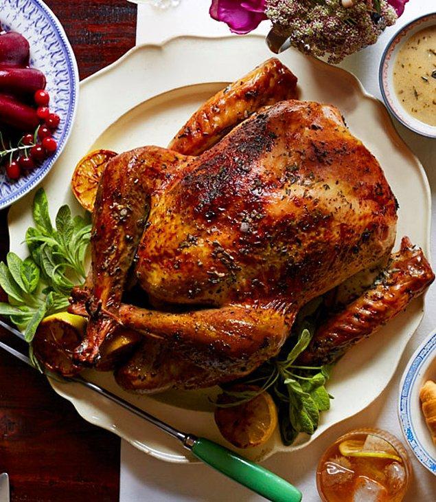 1. Yemeğin baş tacı, fırında nar gibi kızarmış hindi bu özel günün sembolüdür.