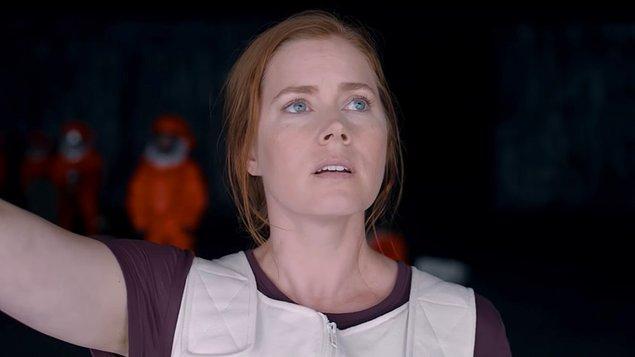 Dilbilimci Louise(Amy Adams)'in trajik öyküsüyle başlıyor hikayemiz. Uzun uzun izliyoruz kızıyla olan dramatik sahneleri.