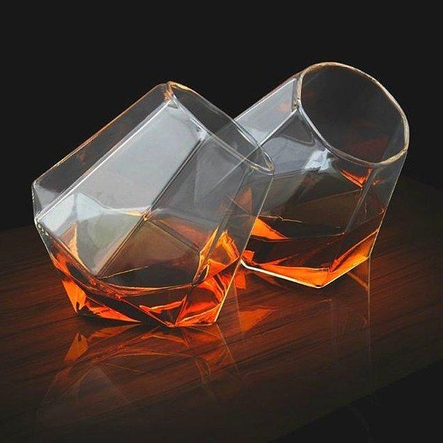 12. Hepimizden daha stil sahibi viski bardakları.