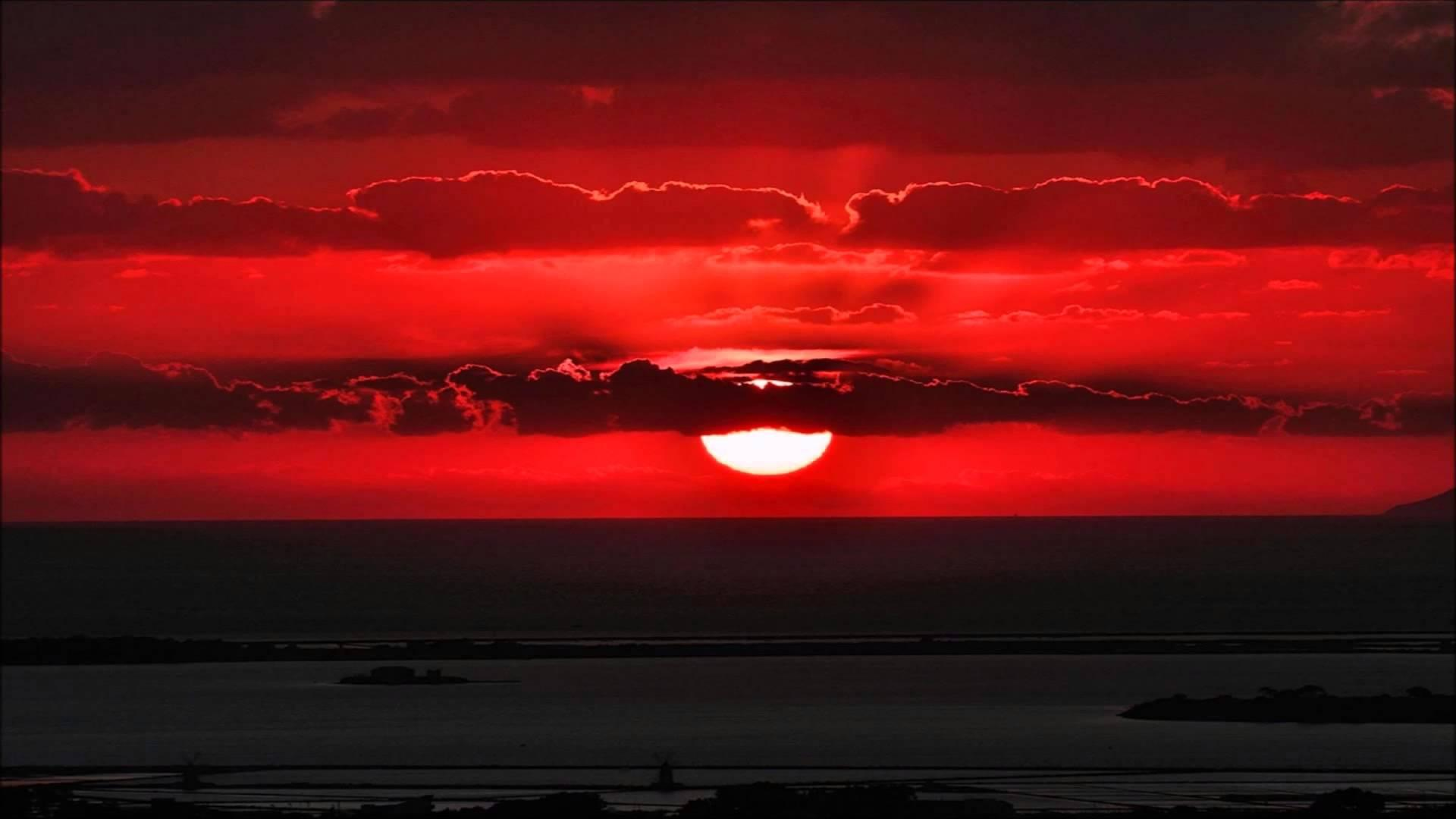 Красные облака от заката без регистрации