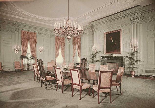 12. Beyaz Saray'a 1891 yılında Benjamin Harrison'un başkanlığı sırasında elektrik geldi. Ancak ailesi lamba anahtarlarına dokunmaktan o kadar korkuyordu ki her gece ışıkları açık bırakıyorlardı.