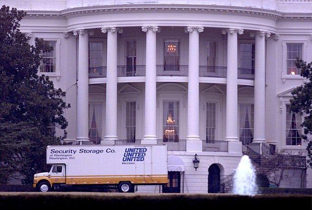 21. Beyaz Saray personeli başkanın göreve başlama gününde eşyalarını taşımak için sadece 12 saate sahip.