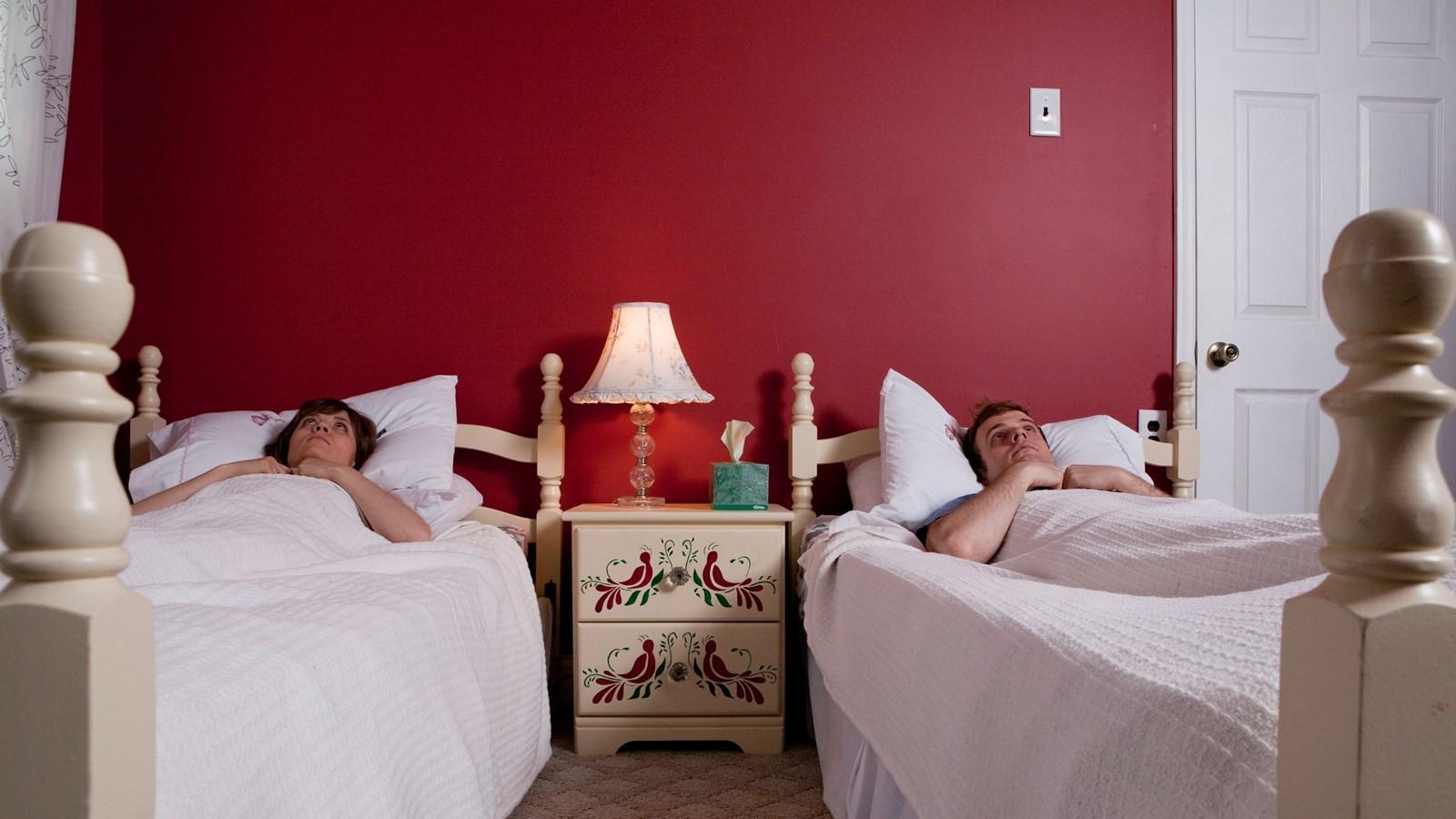 Ayrı uyumak ilişkiye zarar verir mi